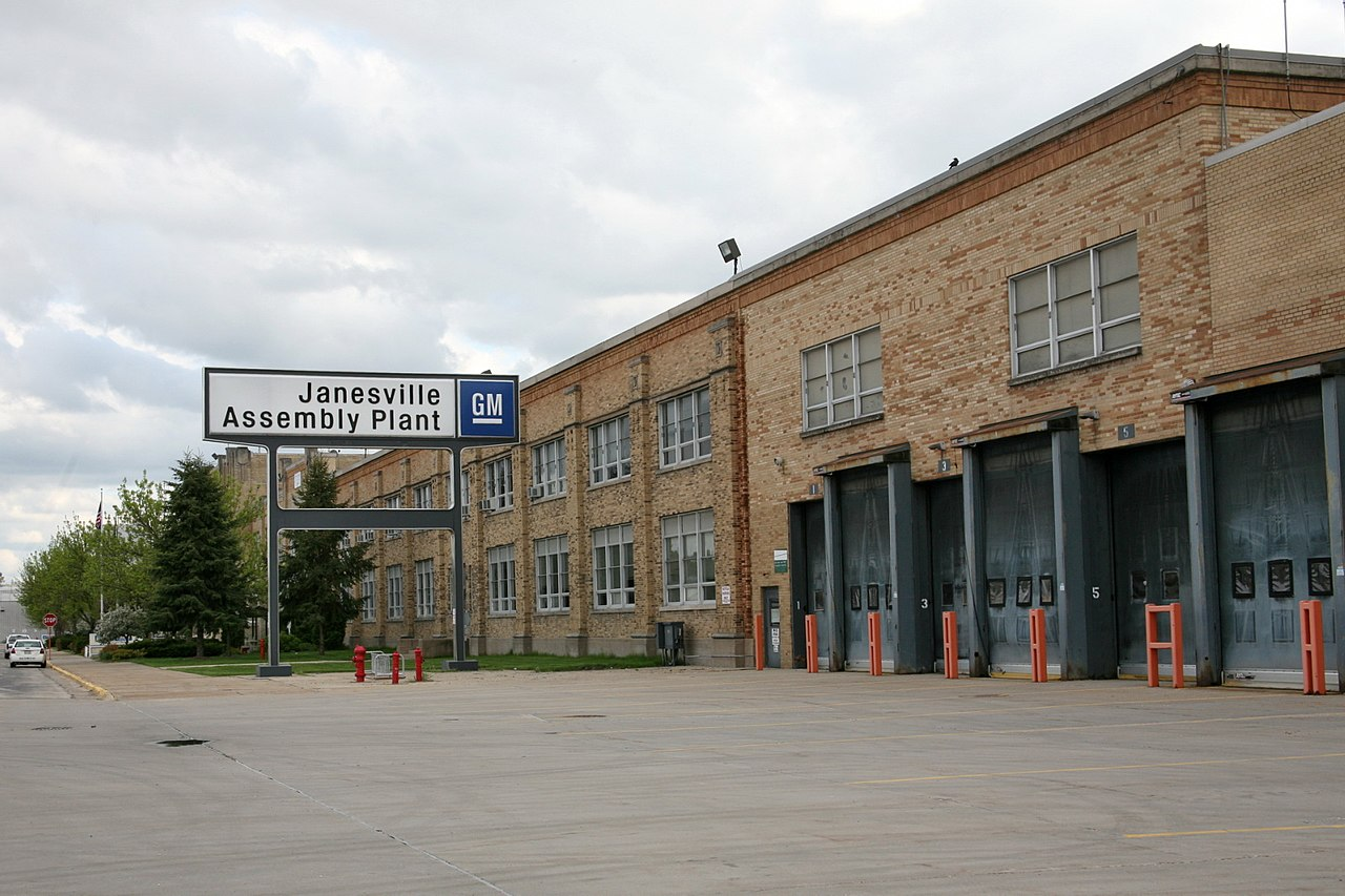 1280px-Janesville_GM_Assembly_Plant_exterior_(3550720936)_1523915629158.jpg